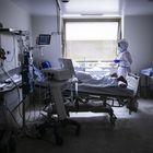 Una enfermera atiende a un paciente en estado grave en una de las habitaciones de la UCI del Gregorio Marañón. El paciente le tumban hacia abajo para disminuir la presión sobre los pulmones y facilitar la respiración.
