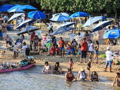 Turistas vacacionan en las playas de Acapulco, México el pasado 20 de diciembre.