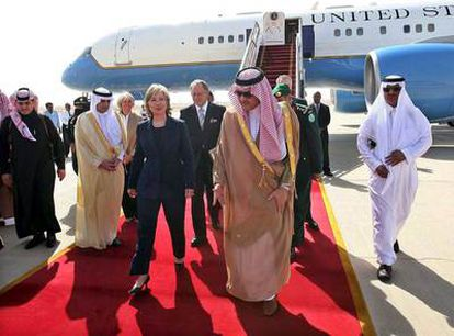 El príncipe Saud al Faisal, ministro de Exteriores saudí, recibe a Hillary Clinton a su llegada ayer a Riad.