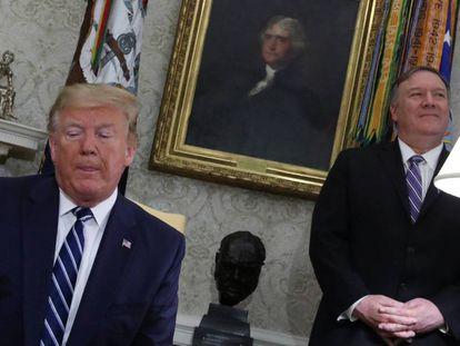 Donald Trump, el jueves en la Casa Blanca, con Mike Pompeo a su espalda.