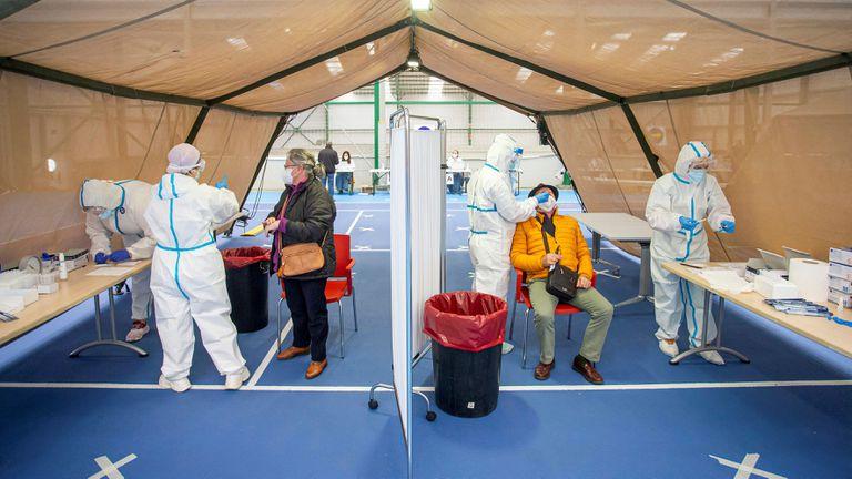 Varias personas se someten a las pruebas durante el test masivo de antígenos en Burgos el pasado sábado.