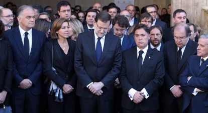 Mariano Rajoy, escoltado por Cospedal y Marcos Martínez, en el entierro de Isabel Carrasco en León.