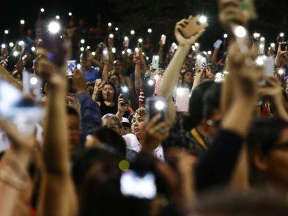 Una multitud sostiene sus teléfonos durante una vigilia por las víctimas del tiroteo masivo, el 4 de agosto de 2019 en El Paso, Texas.