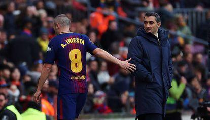 Iniesta deja el campo ante la mirada de Valverde.