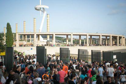 Seguidores de U2 en los accesos al Estadio Olimpico de Barcelona.