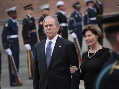 El expresidente de EE UU, George W. Bush, junto a su esposa, en diciembre.
