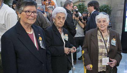 De izquierda a derecha, Valentina Domènech, Florència Marco y Joana Giné, en el Parlament.