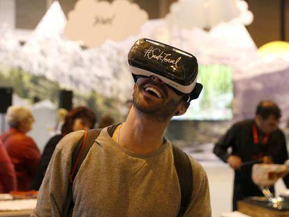 Un joven prueba unas gafas de realidad virtual en el stand de Aragón.