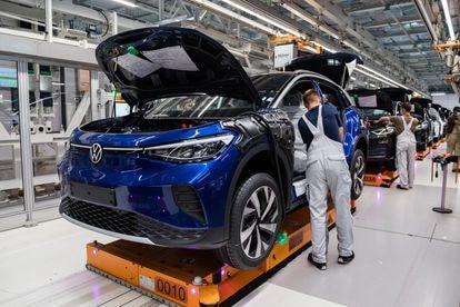 Cadena de montaje de coches en la fábrica de Volkswagen en Zwickau, Alemania.