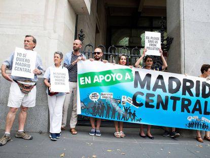 Varias personas se concentran en apoyo de Madrid Central durante la reunión de la Plataforma en Defensa de Madrid Central con el Ayuntamiento de Madrid.