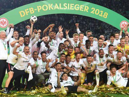 Los jugadores del Eintracht celebran con la copa.