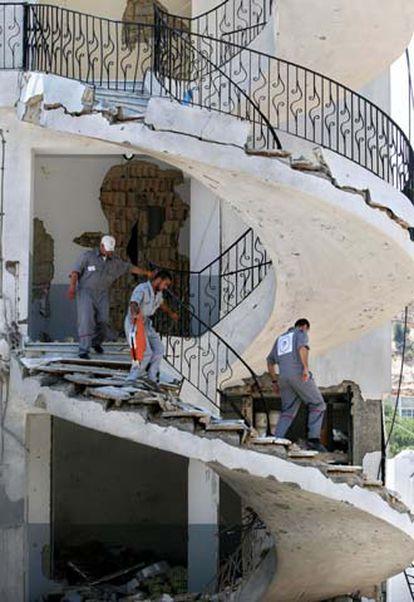 Equipos de rescate libaneses buscan supervivientes tras un ataque aéreo israelí sobre un edificio perteneciente a una organización relacionada con Hezbolá.
