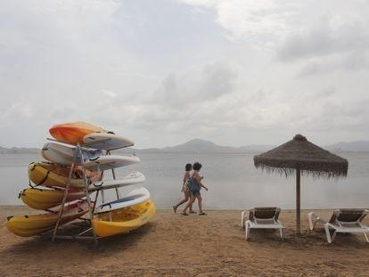 La playa Isla del Ciervo (Cartagena), este lunes sin ningún bañista.