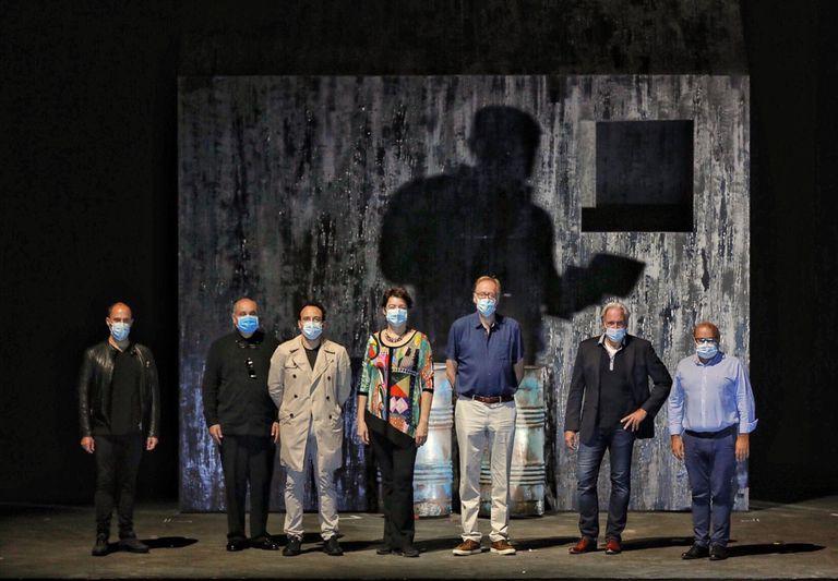 El elenco artístico de 'Fin de partida' y el director del Palau de les Arts (Jesús Iglesias, a la derecha), en el decorado de la ópera.