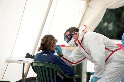 Una mujer se hace un test rápido para detectar la Covid-19 en el centro sanitario Canal Salat, de Ciutadella, Menorca.