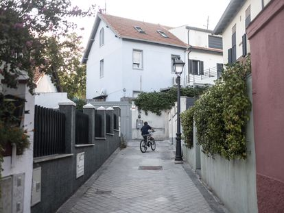 Un niño monta en bicicleta en una calle de la colonia Prosperidad.