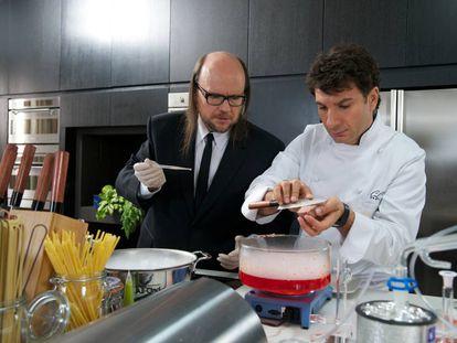 Santiago Segura y Michaël Youn en la película 'El chef, la receta de la felicidad' (2012).