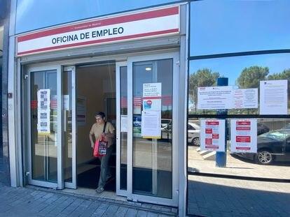 Una mujer sale de una oficina de empleo en Madrid.