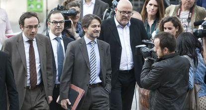 Dirigentes de Convergència acompañan a Oriol Pujol a declarar ante el juez sobre el caso de las ITV, en abril de 2013.
