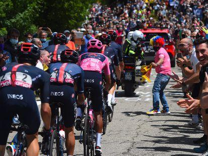 Egan Bernal y sus Ineos tiran del pelotón entre la multitud a la salida de Florencia.