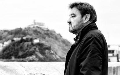 El poeta Karmelo Iribarren, en el muelle de San Sebastián.