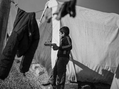 Jazir, norte de Irak. 12 de diciembre de 2016. Un niño iraquí de Mosul juega con un arma de plástico en el campamento de primera acogida de Jazir.