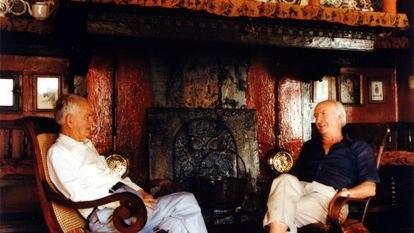 Julio Caro Baroja (a la izquierda), con su hermano Pío, ante la chimenea de Itzea en una fotografía sin datar.
