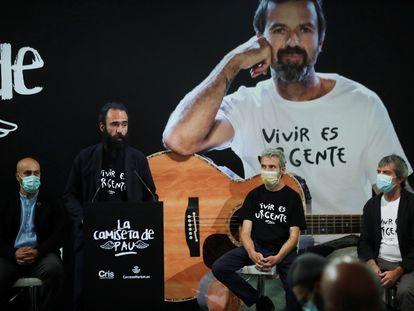 El creador de la camiseta de Pau Donés, Jorge Martínez; el hermano del músico, Marc Donés; el publicista Josep María Piera y el técnico de ventas e-Commerce de Correos, Raúl de la Vega, el martes en Madrid.