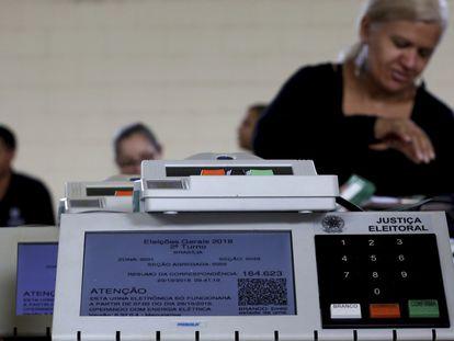 Empleados del Tribunal Regional Electoral trabajan en el proceso de sellado de las máquinas de votación electrónica, el 23 de octubre de 2018.