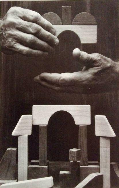 Imagen de las manos de Sáenz de Oíza, tomada por Alberto Schommer. |