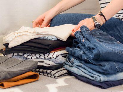 Cómo guardar la ropa de otras temporadas para que ocupe menos espacio en el armario