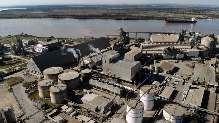Vista aérea de la planta de la agroexportadora argentina Vicentin, ubicada sobre el río Paraná en San Lorenzo, provincia de Santa Fe, el 10 de junio de 2020.