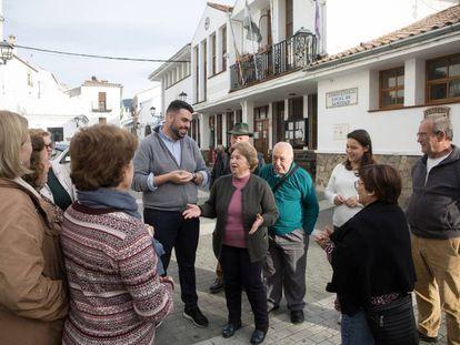 Varios vecinos de Jubrique (Málaga) charlan en una de sus calles.