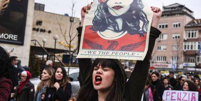 Una mujer en una protesta en Kosovo en marzo.