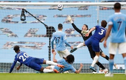 Marcos Alonso marca el último gol del partido este sábado en el Etihad.