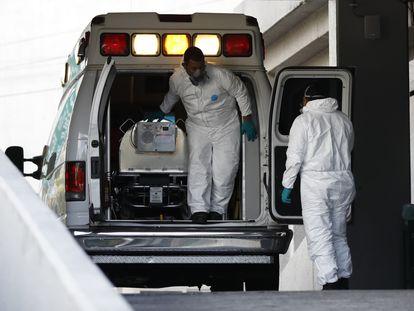 Un paciente con covid-19 es trasladado en Ciudad de México.