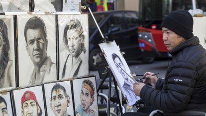 Un dibujante de la Rambla realiza un retrato