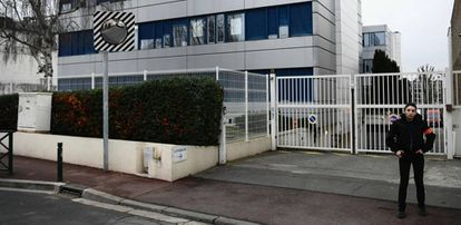 Una guardia de seguridad privada, este lunes frente a la sede del Frente Nacional en Nanterre.