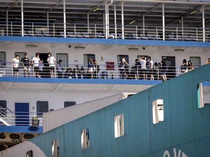 Llegada del ferri que transporta a los estudiantes de Mallorca que dieron negativo en covid, este jueves en el puerto de Valencia.