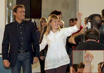 La actual responsable de Sanidad, Leire Pajín, en marzo pasado con una pulsera holográfica en la muñeca. En la esquina inferior derecha, una ampliación.