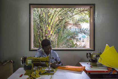 Kalidou Balde, 20 años, en el taller de costura de Maison de la Gare, en Saint Louis (Senegal).