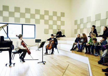 Una lección de violonchelo.