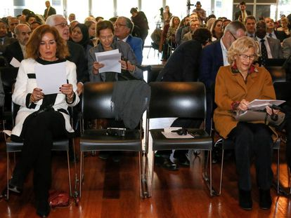 La alcaldesa de Madrid, Manuela Carmena, junto a la exregidora Ana Botella, en una imagen de archivo.