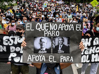 Un cartel contra el presidente Duque y el expresidente Uribe, el pasado 28 de abril durante una protesta en Medellín.