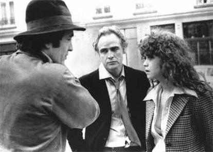Brando (centro) charla con el director Bernardo Bertolucci (izqda.) y la actriz Maria Schneider, durante el rodaje de <i>El último tango en París</i>.
