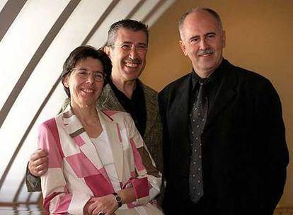 Día 4 de julio de 2002: Jesús López Cobos (derecha), en el acto de su presentación como director musical del Teatro Real; junto a él, la entonces gerente del teatro madrileño, Inés Argüelles, y el hoy ex director artístico del coliseo Emilio Sagi.