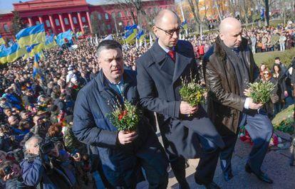 El presidente interino Oleksandr Turchínov (derecha), el primer ministro  Arseni Yatseniuk (centro) y el líder del partido Svoboda Oleh Tiahnibok  en el 200 aniversario del poeta Taras Shevchenko en Kiev.