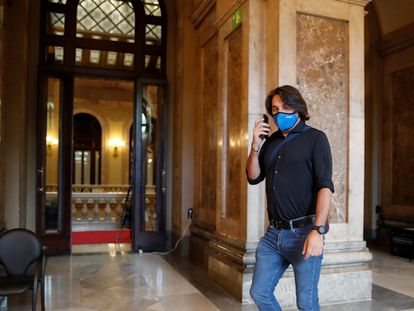 El negociador de Junts, Francesc de Dalmases, en los pasillos del Parlament, este miércoles