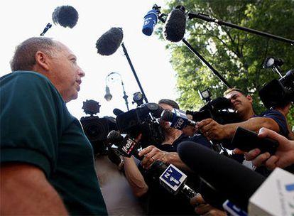 Michael de Vita, una de las víctimas de la estafa de Bernard Madoff, atiende a los medios de comunicación a la entrada del juicio