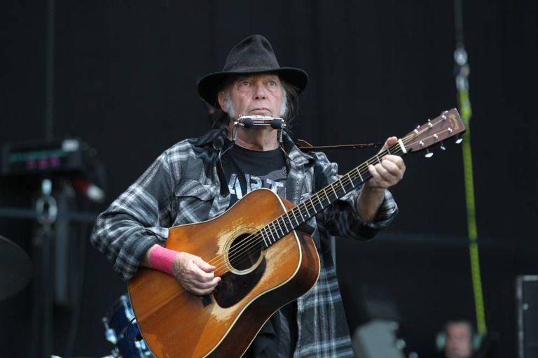 Neil Young, actuando en el Festival Mad Cool en 2016.